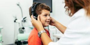 Jongetje krijgt koptelefoon op