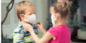 kinderen met mondkapje