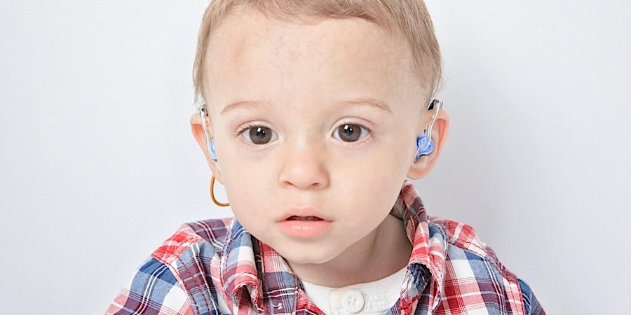 Peuter met gehoorapparaten